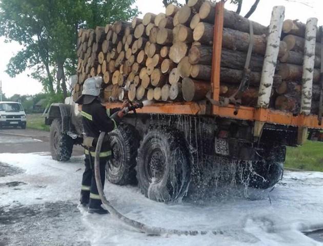На Волині загорілася вантажівка з деревиною. ФОТО