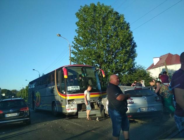 У Рівному в легковик із журналістами врізався автобус. ФОТО