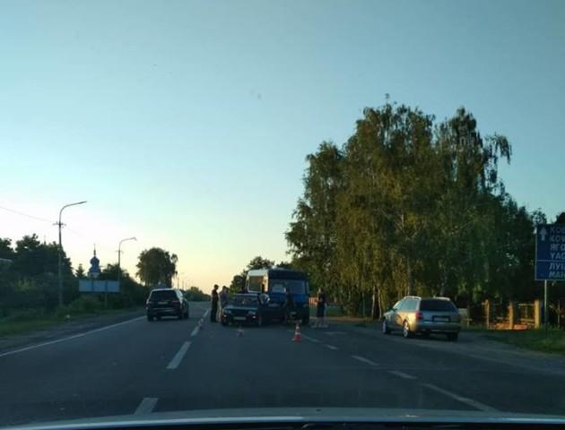 Аварія біля Луцька: маршрутка в'їхала в легковик. ФОТО