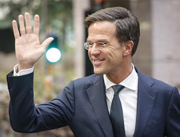 У мережі з'явилося відео, як прем'єр Нідерландів миє підлогу в парламенті. ВІДЕО