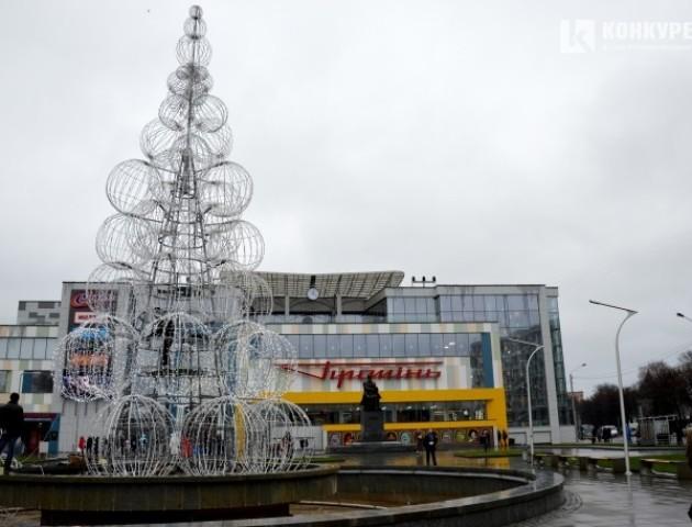 Біля «Променя» встановлюють 14-метрову ялинку