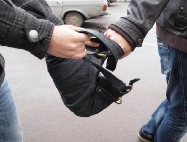 У Луцьку посеред дня пограбували жінку