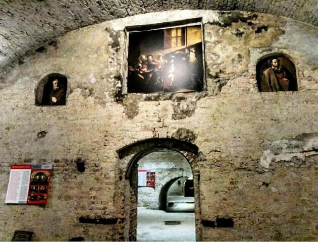 «Доповнюють атмосферу середньовічних приміщень». Підземелля у Луцьку прикрасили картинами