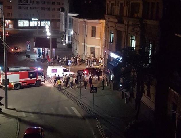 У Луцьку біля Драмтеатру задимілося авто. ВІДЕО