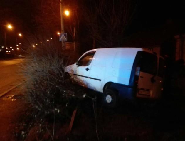 У Луцьку авто злетіло з дороги в кущі, водій втік. ФОТО