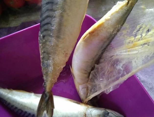Волинянка купила в супермаркеті гнилу рибу. ФОТО