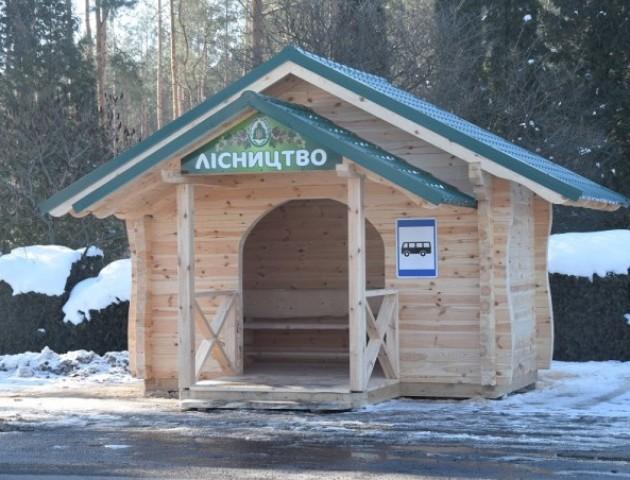 На Волині з'явилася нова автобусна зупинка в еко-стилі. ФОТО