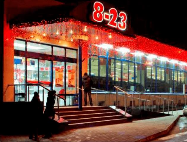 Біля луцького супермаркету обікрали авто: шукають свідків