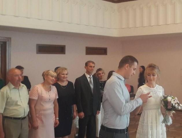 Ювілейну пару молодят у Луцьку привітав радник міністра. ФОТО