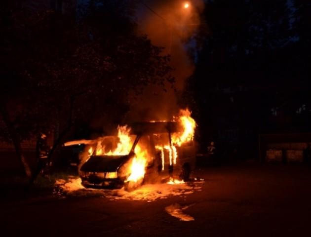У Рівному вночі згорів дощенту Mercedes. ФОТО. ВІДЕО