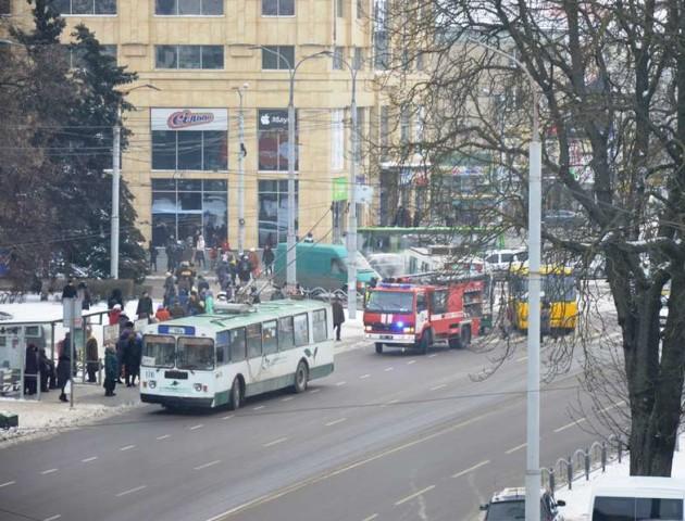 У луцького тролейбуса на ходу задимілось колесо. ФОТО. ВІДЕО