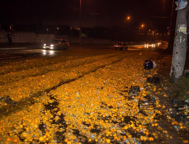 «Свято наближається»: внаслідок ДТП у Дніпрі дорогу засипали мандарини. ФОТО