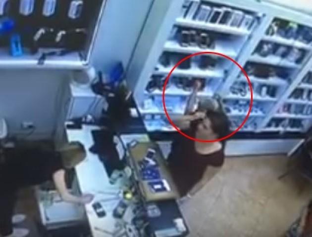 Двоє малолітніх лучан поцупили у магазині iPhone. ВІДЕО