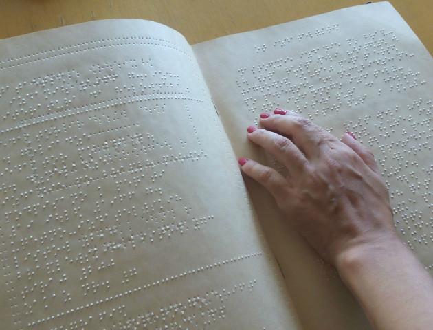 «Здивована бабуся» та абетка для незрячих: у Луцьку обговорили проблеми людей з вадами зору