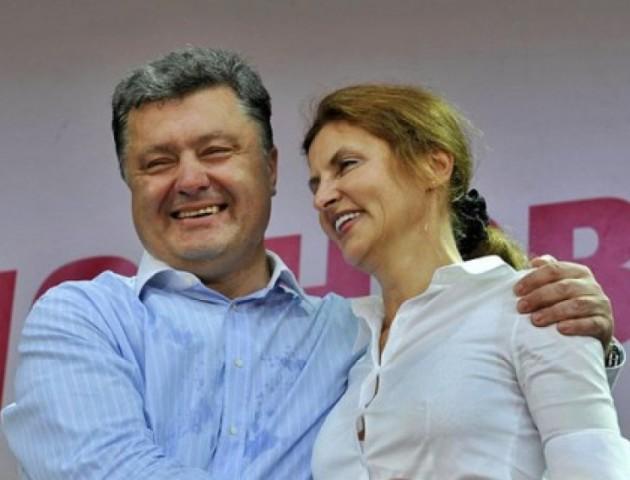 До приїзду Марини Порошенко в Ужгороді комунальників вигнали відмивати міст. ВІДЕО