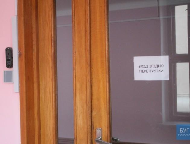 Пропускний режим: у Нововолинській міській раді поставили електронні замки. ФОТО