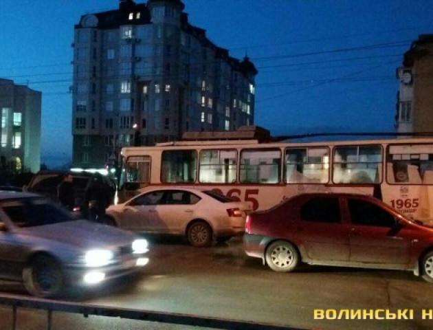 У Луцьку дві автівки  спричинили ДТП та заблокували тролейбус. ФОТО