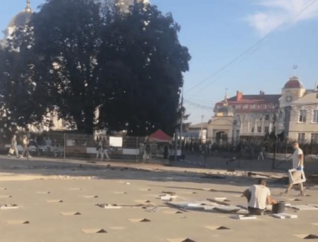 У центрі Луцька будують фонтан. Що вже зробили? Що залишилося облаштувати?