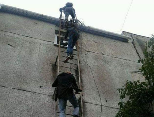 Нова забавка: у Луцьку діти гуляють дахами будівель. ФОТО