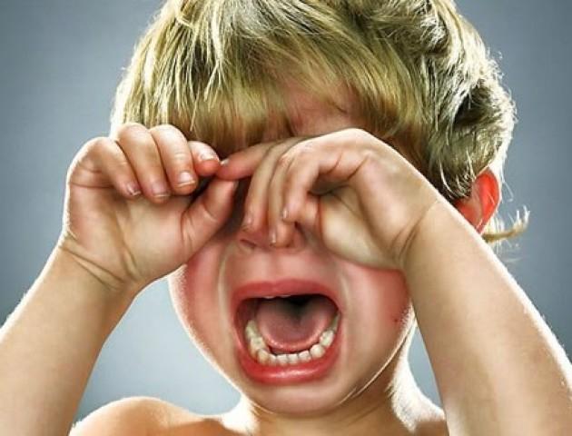 Лучанка «повелася» на плач дитини і віддала шахраєві гроші