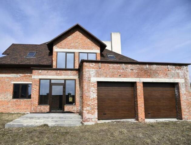 Під Луцьком продається будинок з терасою, гаражем і мурованою альтанкою. ФОТО
