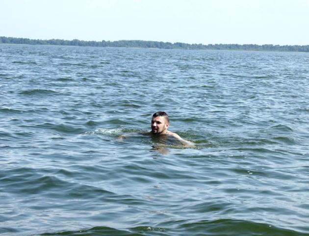Волинський нардеп переплив чергове озеро. ФОТО