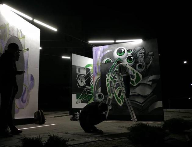 У Луцьку просто неба відкрили виставку робіт київського художника. ВІДЕО