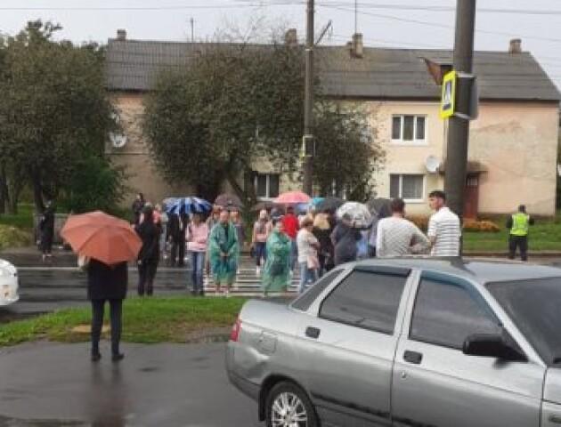 У Луцьку перекрили дорогу, де на смерть збили дитину. Вимагають світлофор
