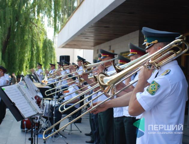 Військовий оркестр у Луцьку виконував пісні «Дзідзьо» та «Queen». ФОТО