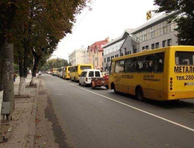 Таксисти просять дозволити двосторонній рух на Винниченка
