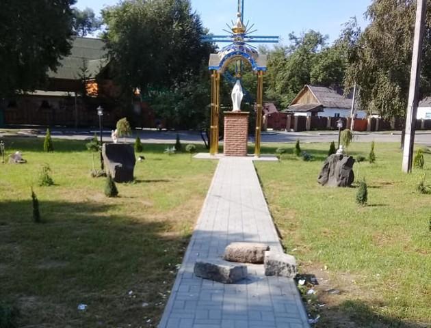 У місті на Волині біля каплиці похазяйнували вандали. ФОТО