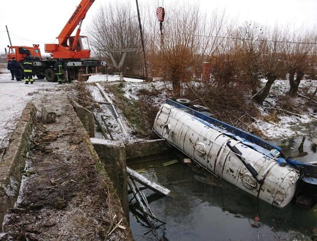 У селі під Луцьком молоковоз злетів у ставок і пошкодив газопровід