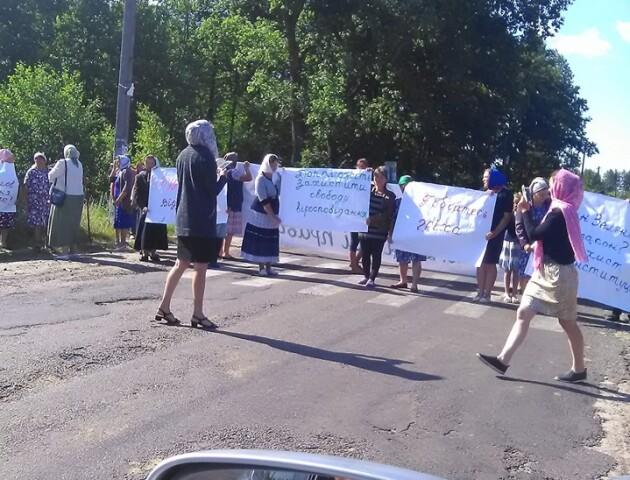 У селі на Волині перекрили дорогу, бо хочуть Московський патріархат. Співають «Господі помілуй»