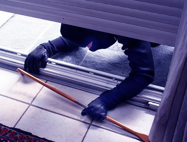 Горе-злодій 40 хвилин грабував банкомат, який виявився порожнім. ВІДЕО