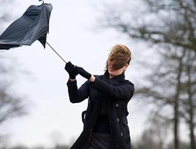«Відчуємо штурханину потужного циклону». Українців попереджають про погіршення погоди
