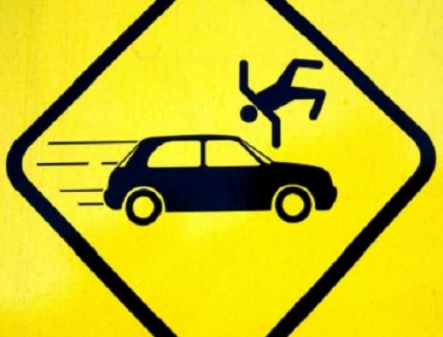 У Луцьку дитина за кермом автомобіля  збила перехожого та дерева. ВІДЕО