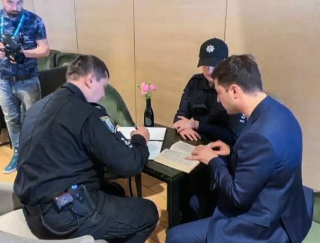 Зеленський показав свій бюлетень: його оштрафували