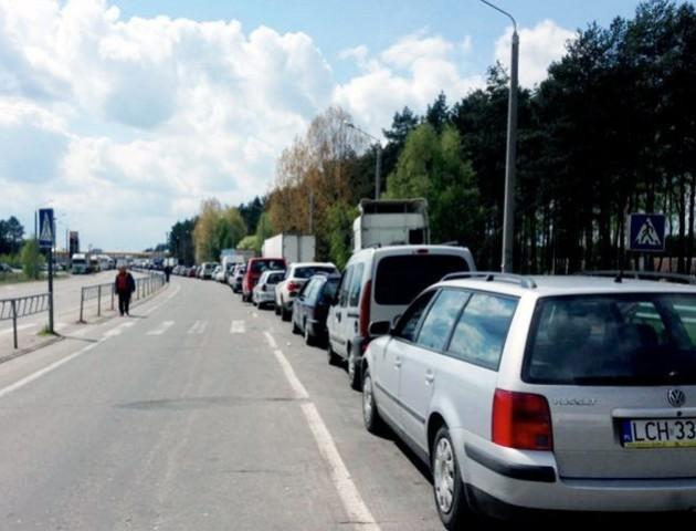 У пункті пропуску «Дорогуськ» у черзі стоять кілька сотень вантажівок