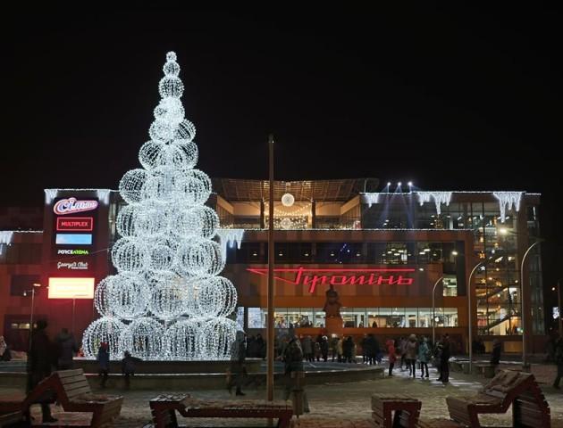 Біля РЦ «Промінь» засвітили новорічну ялинку. ФОТО
