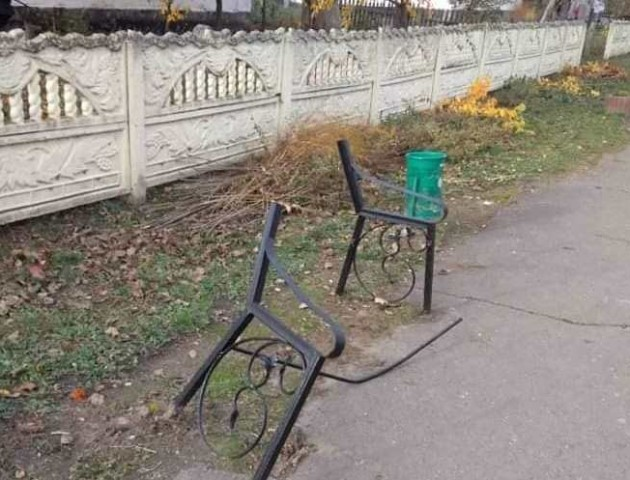 У  центрі Локач на Волині вандали знищили лавку. ФОТО