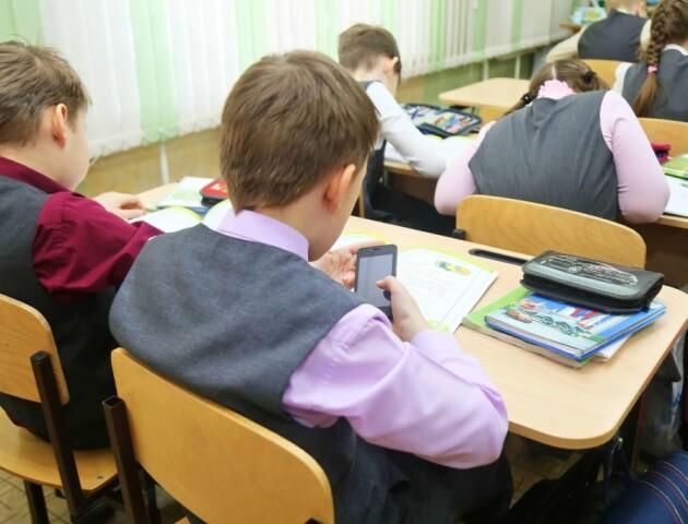 У Раді хочуть заборонити смартфони на уроках. Телефони віддаватимуть лише на перервах
