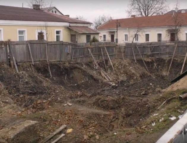 Туристів у Луцьку відлякує будівельний котлован. ВІДЕО