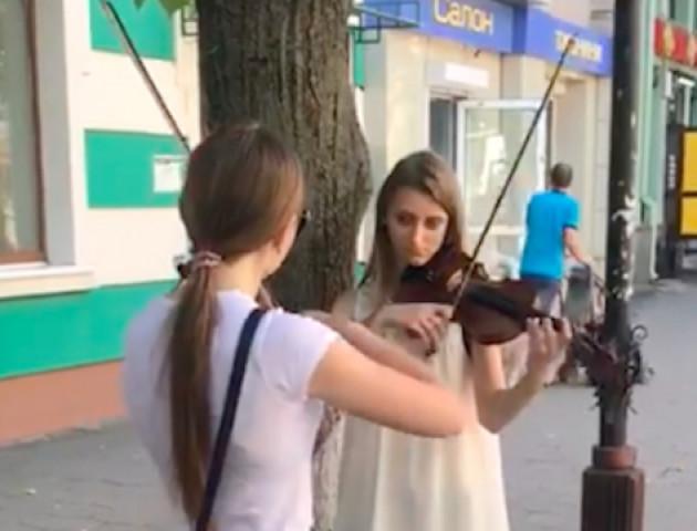 Відео виступу двох скрипальок у центрі Луцька «підірвало» Інтернет. ВІДЕО