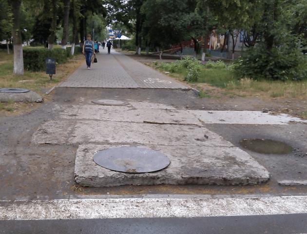 У Луцьку просять закінчити ремонт тротуару, який розпочали два роки тому