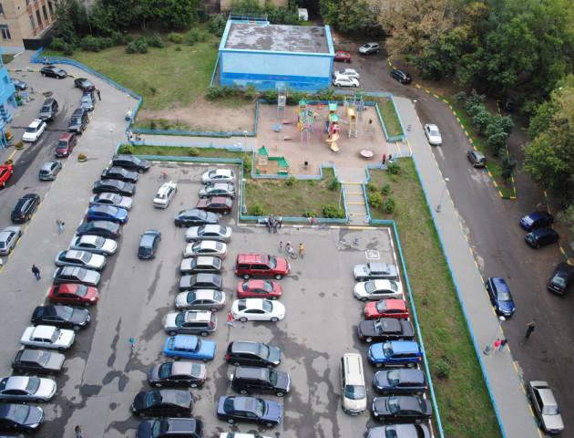 В Україні можуть заборонити парковки у дворі житлових будинків
