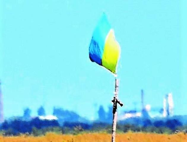 Волинські воїни на Донбасі зняли прапор «козачків» і повісили синьо-жовтий. ФОТО