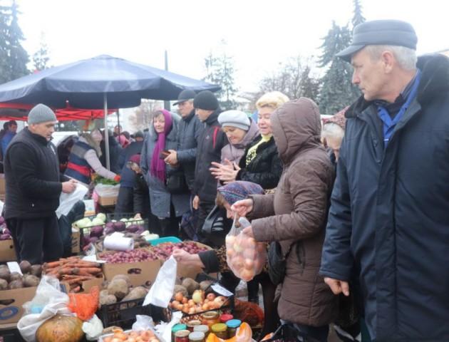 У Володимирі провели святковий ярмарок. Найбільші черги - за м'ясом і яйцями. ФОТО