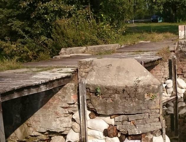 У селищі на Волині люди ходять мостом, який ледь не розсипається. ФОТО