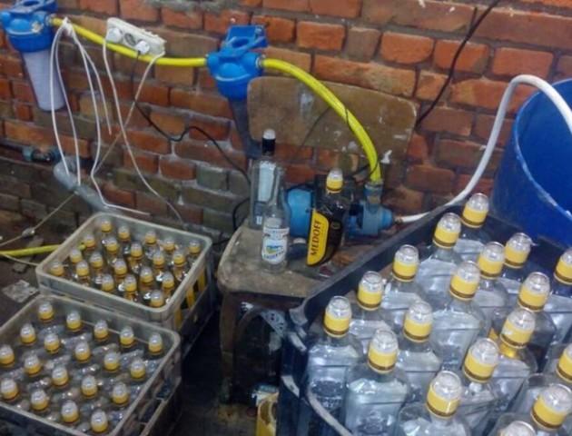 Поблизу Луцька виявили підпільний цех з виробництва контрафактного алкоголю. ФОТО