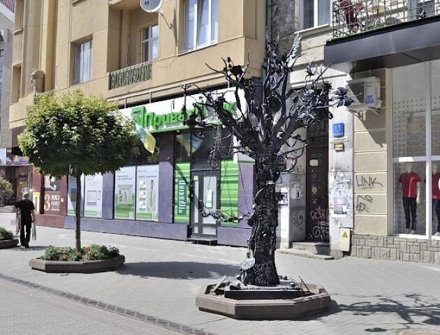 У Луцьку поставлять 5-метрове коване дерево з квітами